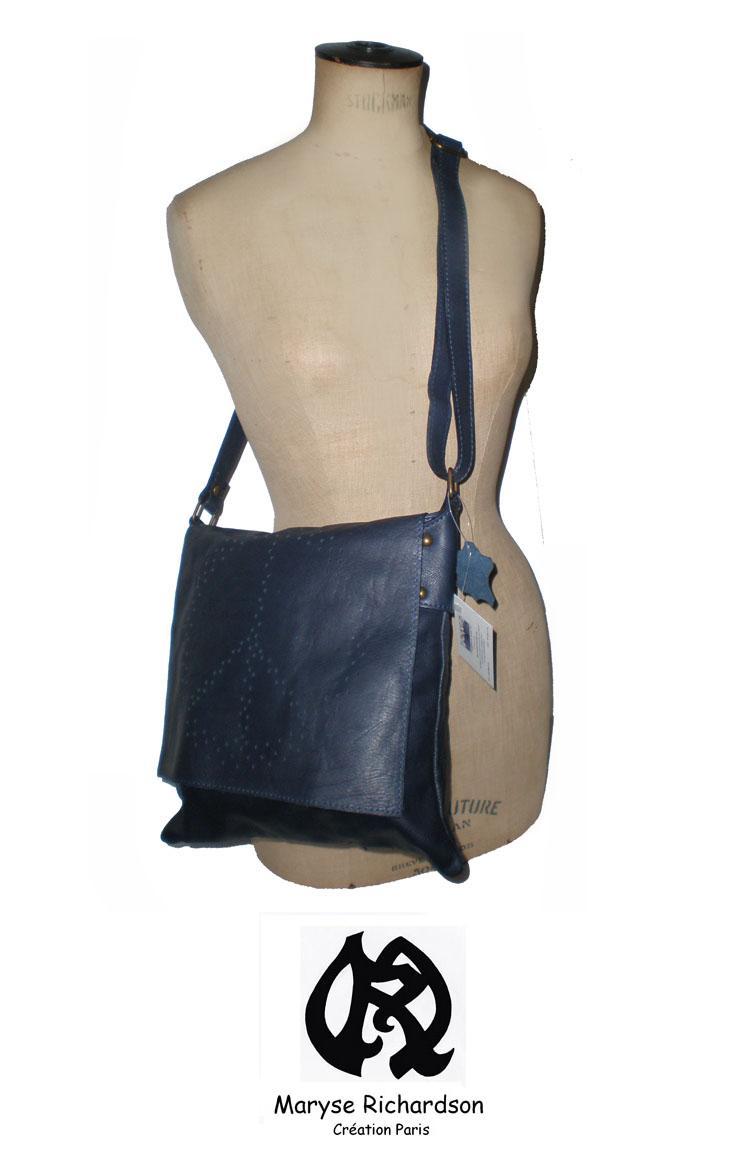 sac besace en cuir bleu marine rabat fantaisie perfor peace and love maryse richardson. Black Bedroom Furniture Sets. Home Design Ideas