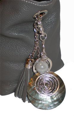 porte clef bijou de sac vraie nacre coquillage perle mail et rhodium maryse richardson. Black Bedroom Furniture Sets. Home Design Ideas