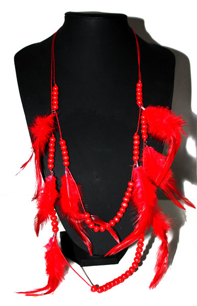 collier sautoir en perles de bois ethnique et plumes rouge avec boucles d 39 oreilles assortie. Black Bedroom Furniture Sets. Home Design Ideas