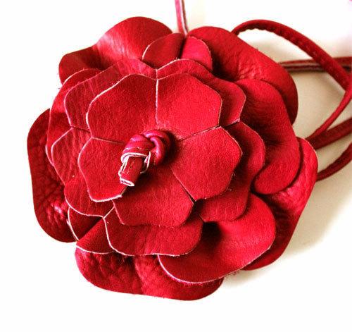 a0399ee92e9 ... serre tête en cuir rouge fleur fantaisie modulable en ceinture grande  taille bracelet collier ...