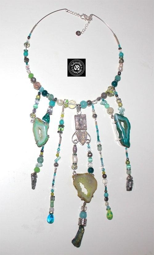Ravissant collier plastron en perles de verre  et m\u00e9daillon argile hippie chic